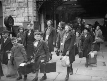 British evacuees from Bristol to Kingsbridge, Devon, 1940 © IWM (D 2593). © IWM (D 2593)