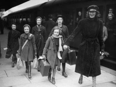 British evacuees from Bristol to Kingsbridge, Devon, 1940. @ IWM (D 2597)